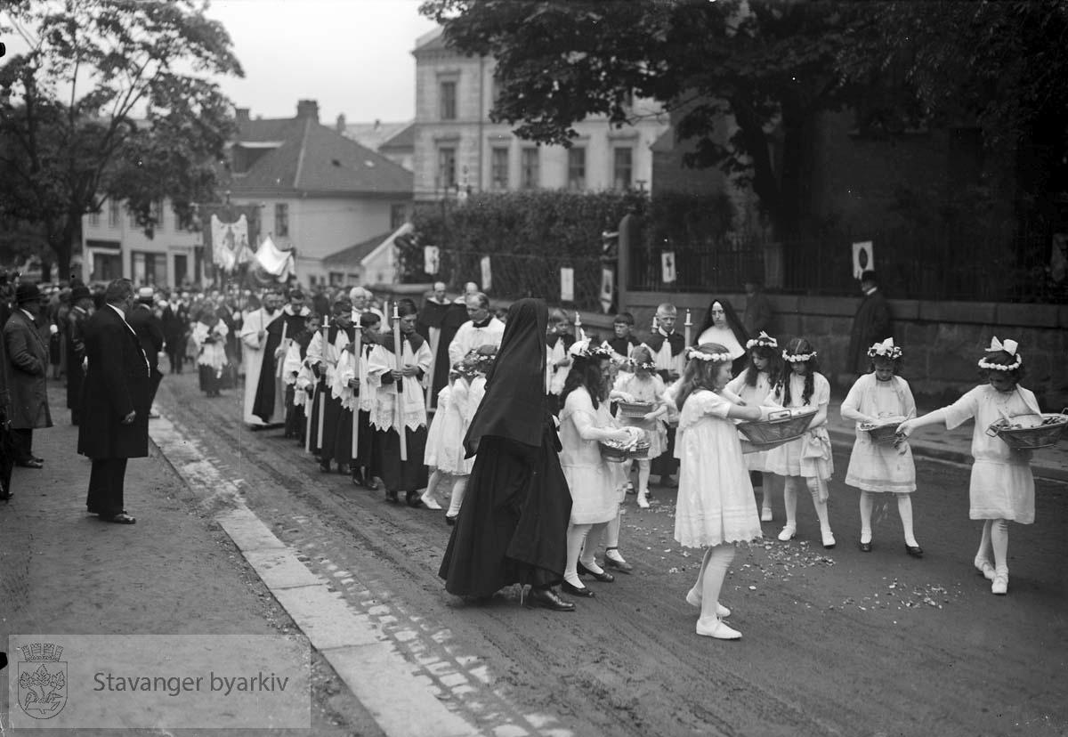 Prosesjonen går forbi St. Olav domkirke og Oslo katolske bispedømme.
