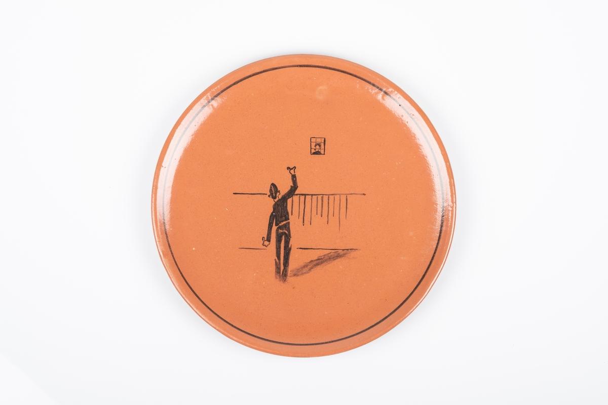 Motiv av en mannlig fange som står ryggen til og vinker til en annen fange som står bak et vindu.
