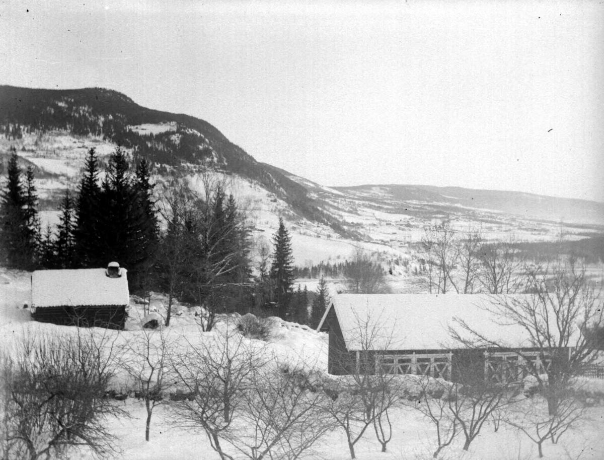 Vinterbilde med utsikt over til Balbergkampen til venstre og nordover. Bildet er tatt fra Søre Jørstad, Fåberg. Huset til venstre var ei gammel smie som btrant ca 1920