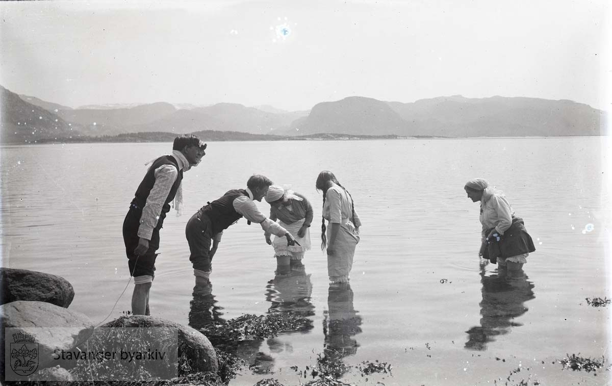 Fem personer vasser i sjøen