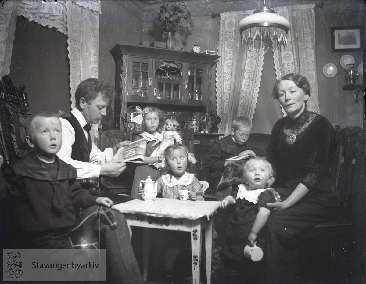 Familien Paulsen i stua