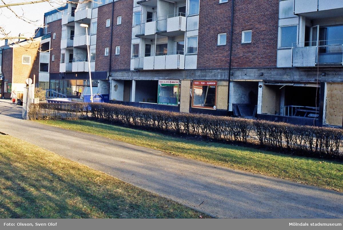 Bostadshus vid Jungfruplatsen i Mölndal, mars 2000. Wallenstam bygger om affärlokaler till bostäder. Ett tag var servicelägenheter aktuellt. D 33:39.