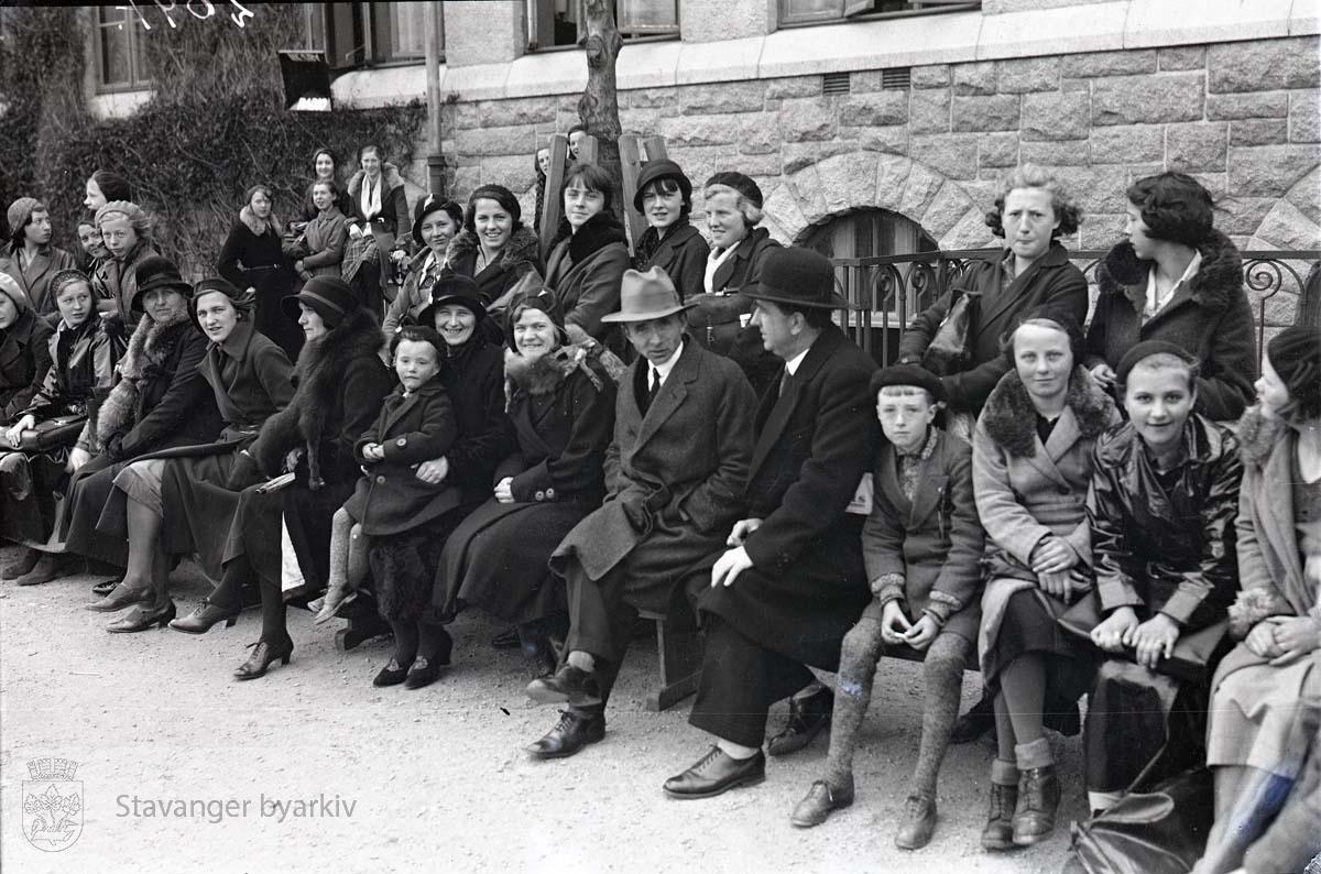Tilskuere i skolegården.
