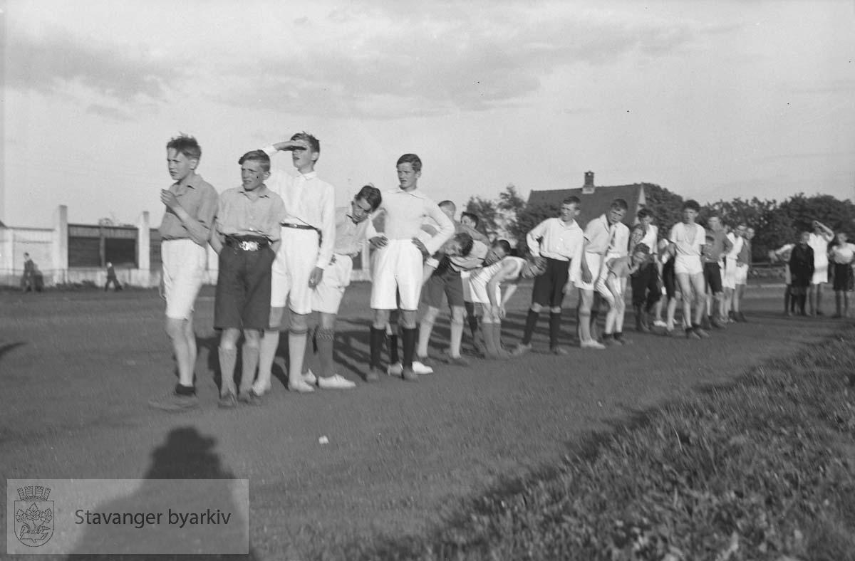 Friidrettsstevne for gutter, Stavanger stadion.Tilskuere langs banen.Gutter