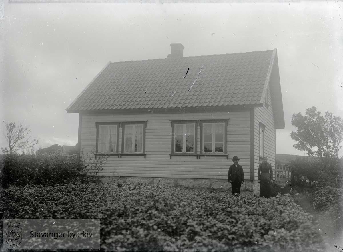 Par foran hus på husmannsplass