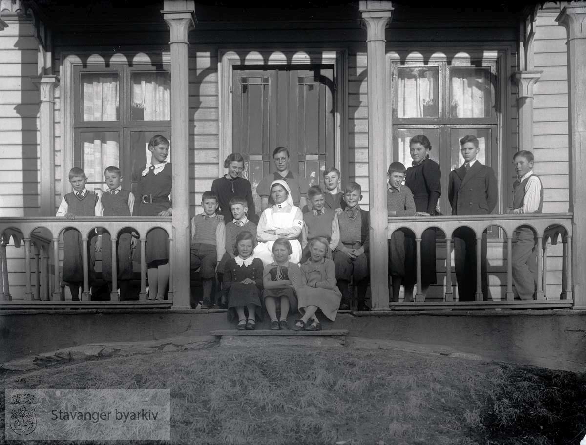 Sanitetssøster og barn ved Solbakken misjonsheim