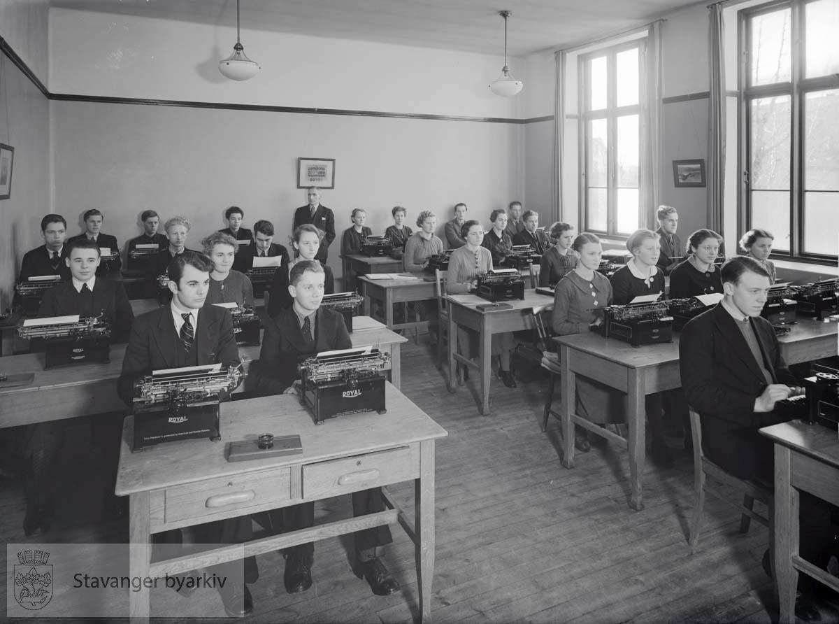 Muligens fra handelsskole. Elever med skrivemaskiner.
