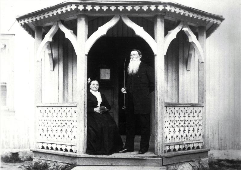 Martin Wettre (1817–97), den første fastskolelæreren på Jansløkka, utenfor den gamle skolestua sammen med sin kone Karen, ca. 1890. Martin var lærer, kirkesanger, poståpner og bankkasserer, og jobbet som lærer på Jansløkka i hele 50 år. (Foto/Photo)