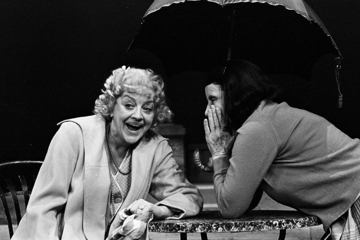 """. Scene fra Nationaltheaterets oppsetning av David Storeys """"Hjem"""". Forestillingen hadde premiere 27. oktober 1971. Kirsten Sørlie hadde regi og medvirkende var blant andre Ella Hval som Marjorie og Aase Bye som Katleen."""