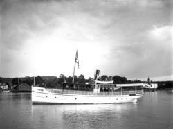 En samling glassplater, motiver av båter som er bygget ved P