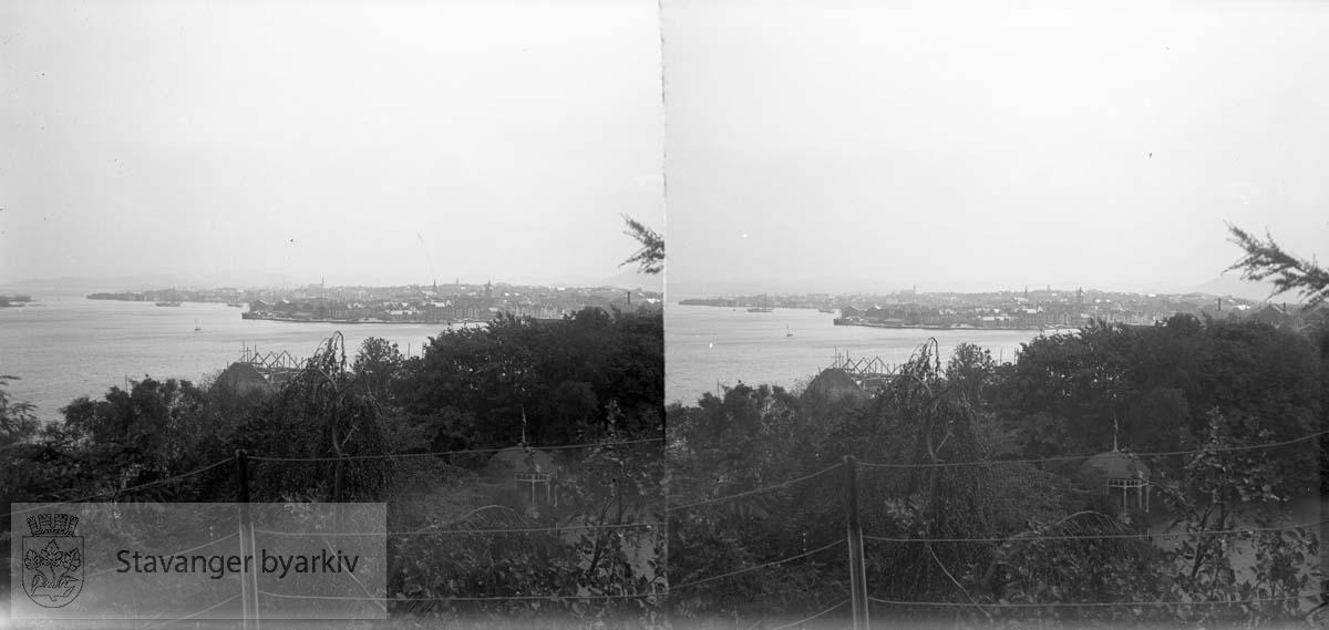 Bjergsted i forgunnen og Stavanger sentrum med Holmen i bakgrunnen. Stereofotografi.