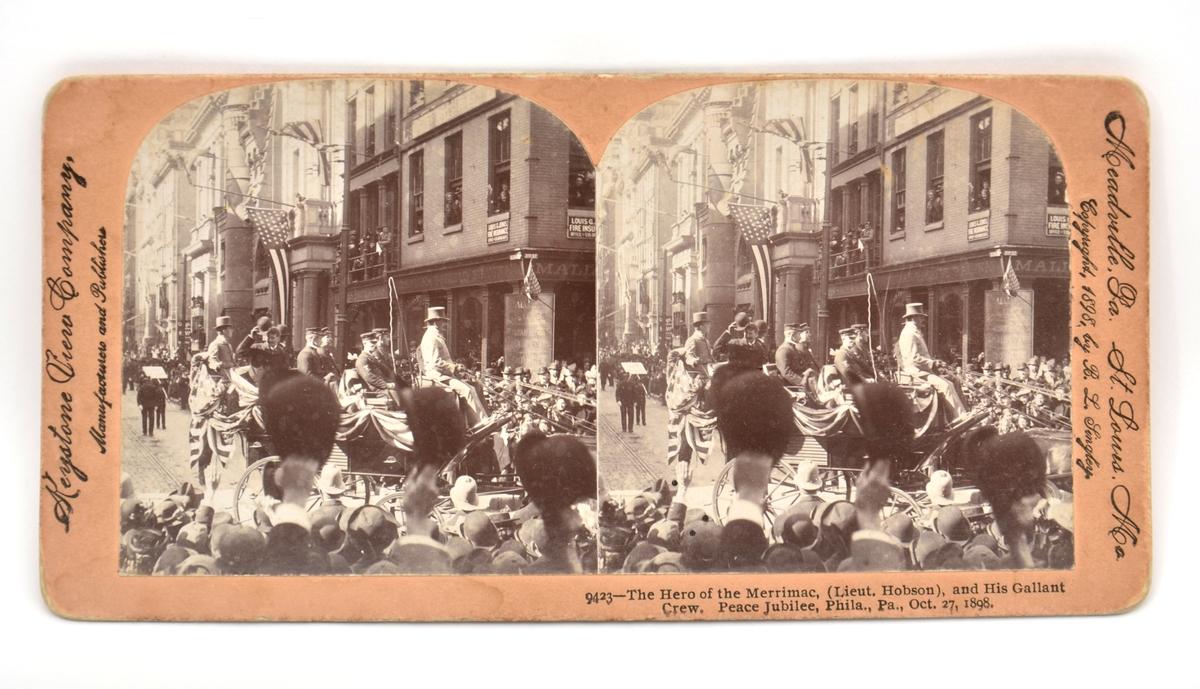 Et stereoskop tilvirket i mørkt ubehandlet treverk med et fint dreid sammenleggbart håndtak festet til brillen med et messingledd. Det ovale tittekammeret er utført i finer. Både rammen til å feste stereofotografiene og begge linsene mangler.  24 stereofotografier eller stereokort fra ulike produsenter antagelig produsert på slutten av 1800-tallet hører til stereoskopet.