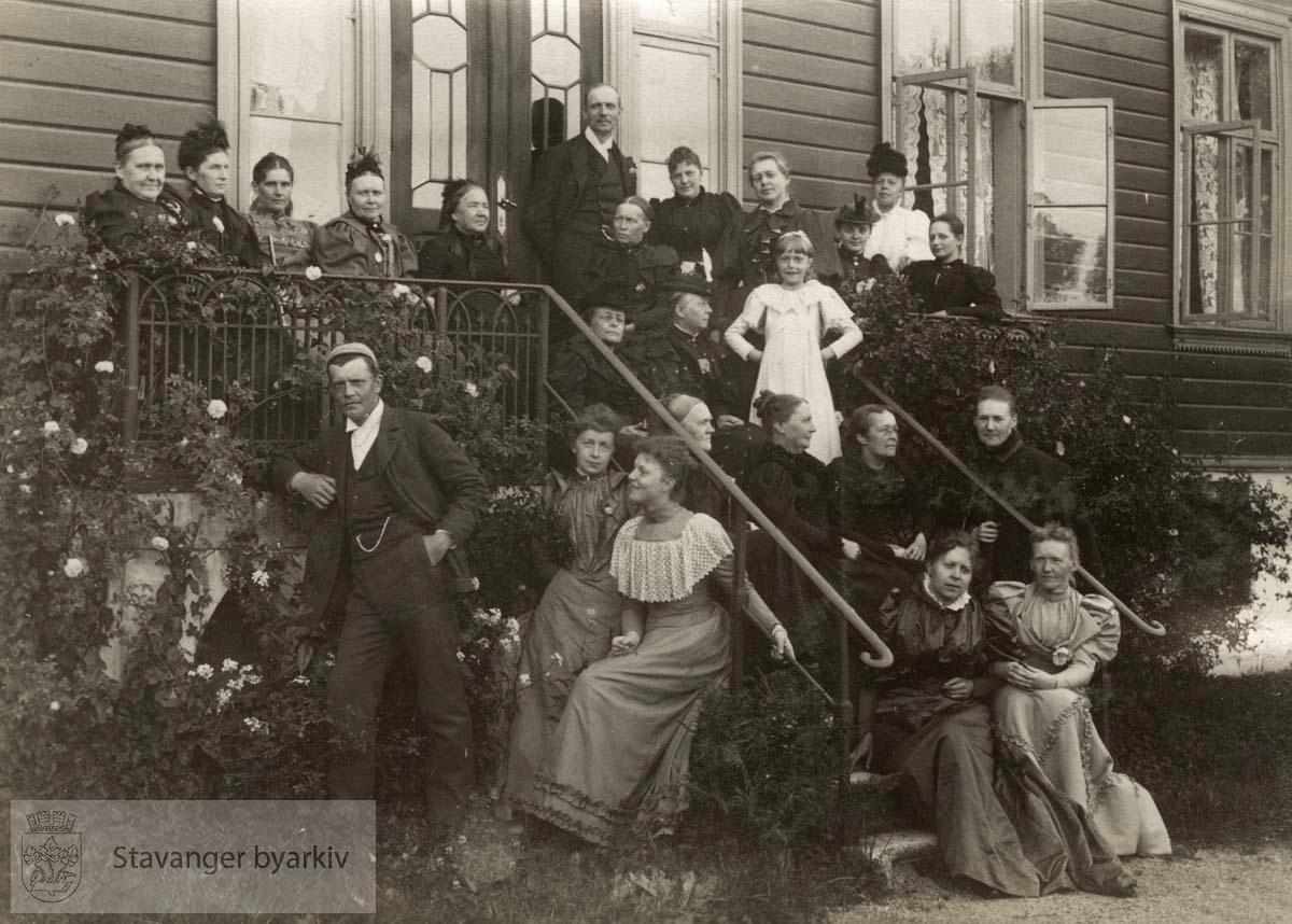 Gruppebilde foran hus i Lilledal