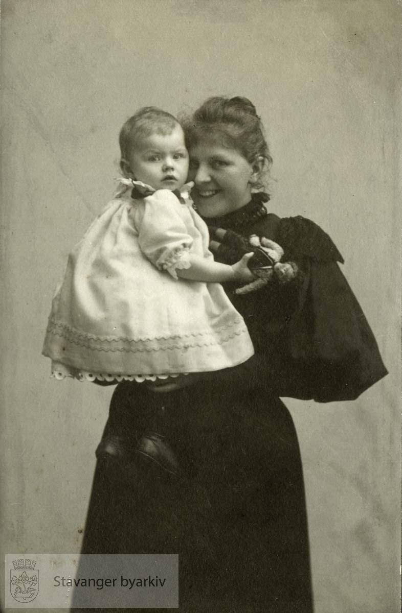 Martha Monsen med Signe på armen