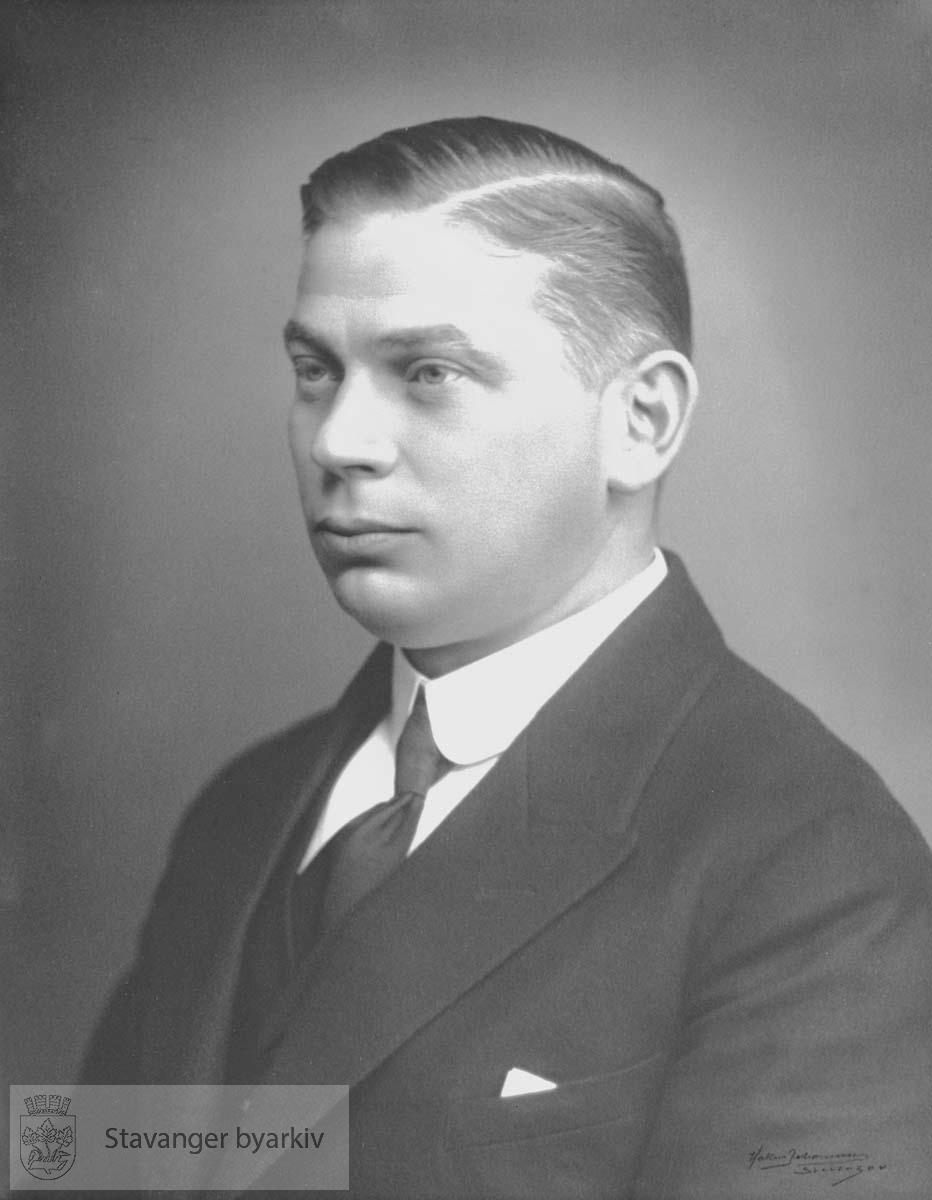 Ordfører i Stavanger 1923-24. Høyre..Stortingsrepresentant 1925-1933. Fylkesmann i Rogaland 1932-1958.