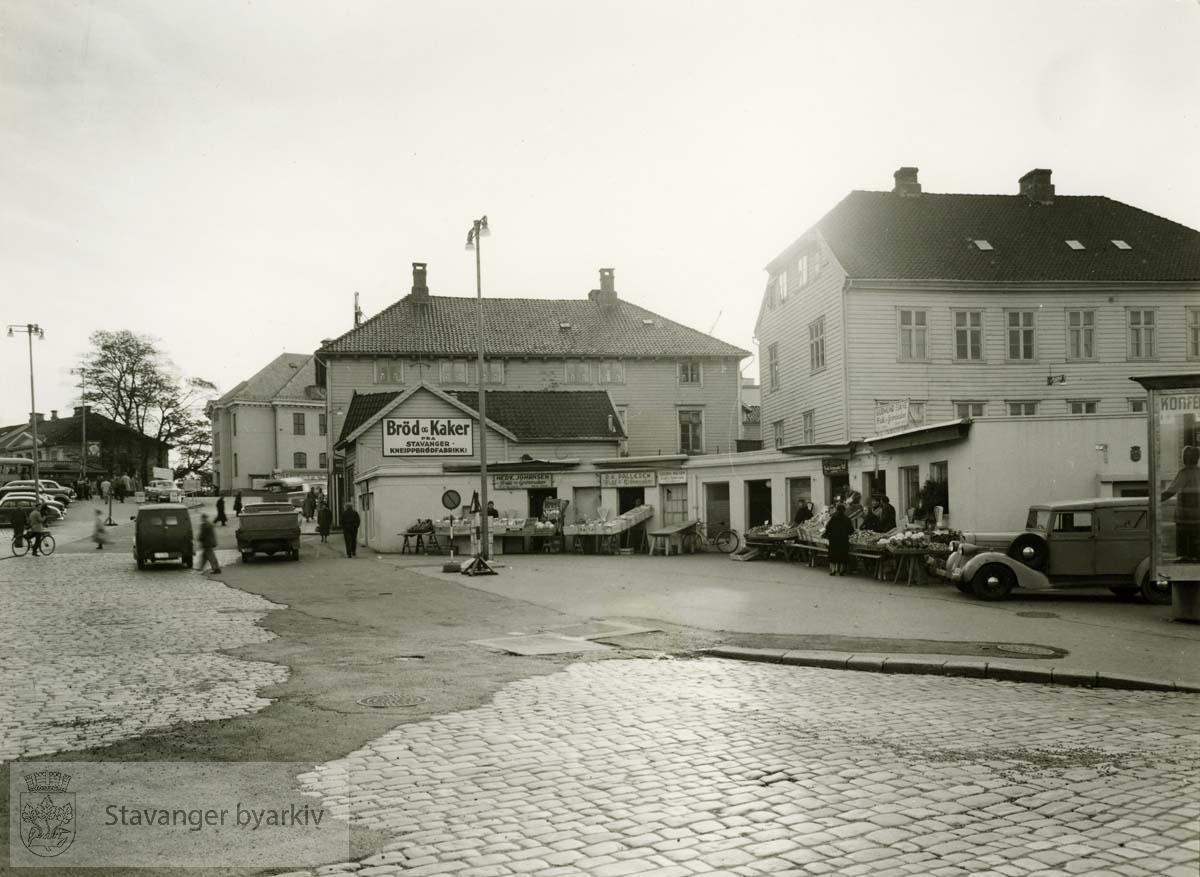 Bakerst fra venstre: Det gamle Posthuset, Torget 6, revet juli 1962, Torget 8 og 10 (nr. 10 er bodene), revet 1957 og Nedre Strandgate 3 revet april 1957.
