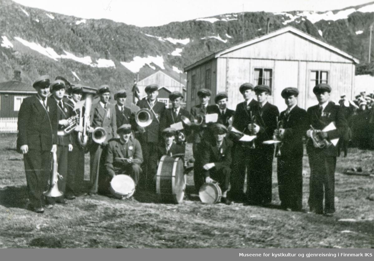 Nordvågen. Honningsvåg Musikkforeningen klar til 17. mai-feiring. Musikkerne står oppstilt med sine instrumenter til fotografering. 17.05.1946 eller 1947.