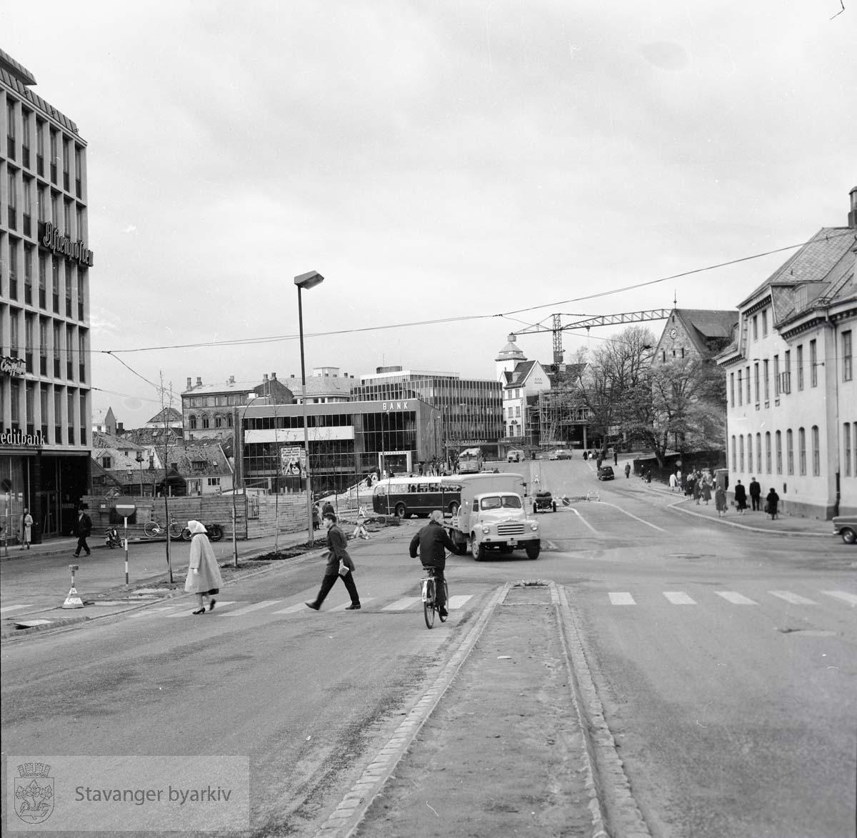 Romsøebygget til venstre, Stavanger Sparekasse, Hetland Sparebank samt Norges Bank under oppføring i bakgrunnen. Domkirken og posthuset til venstre.