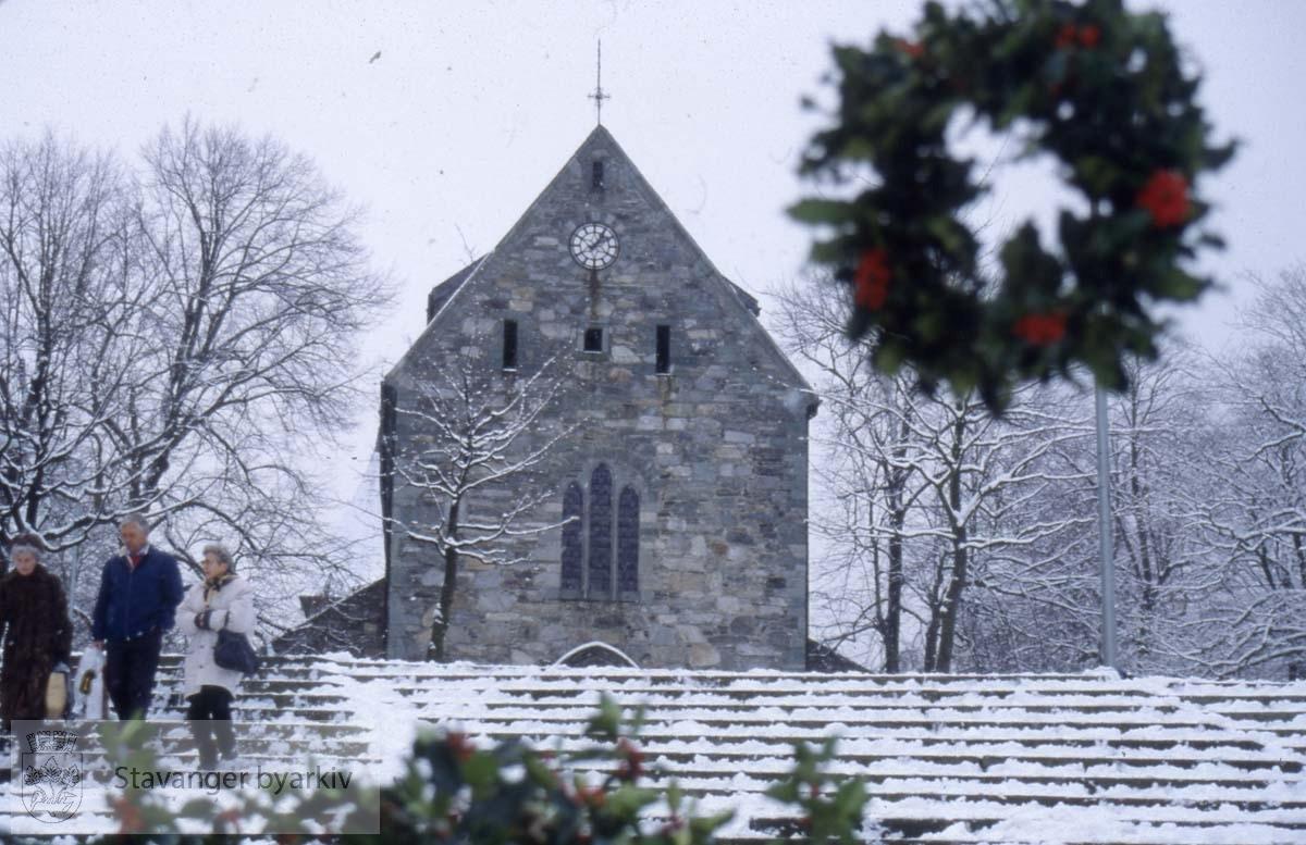 Domkirken i vinterdrakt..Juledekorasjon , krans