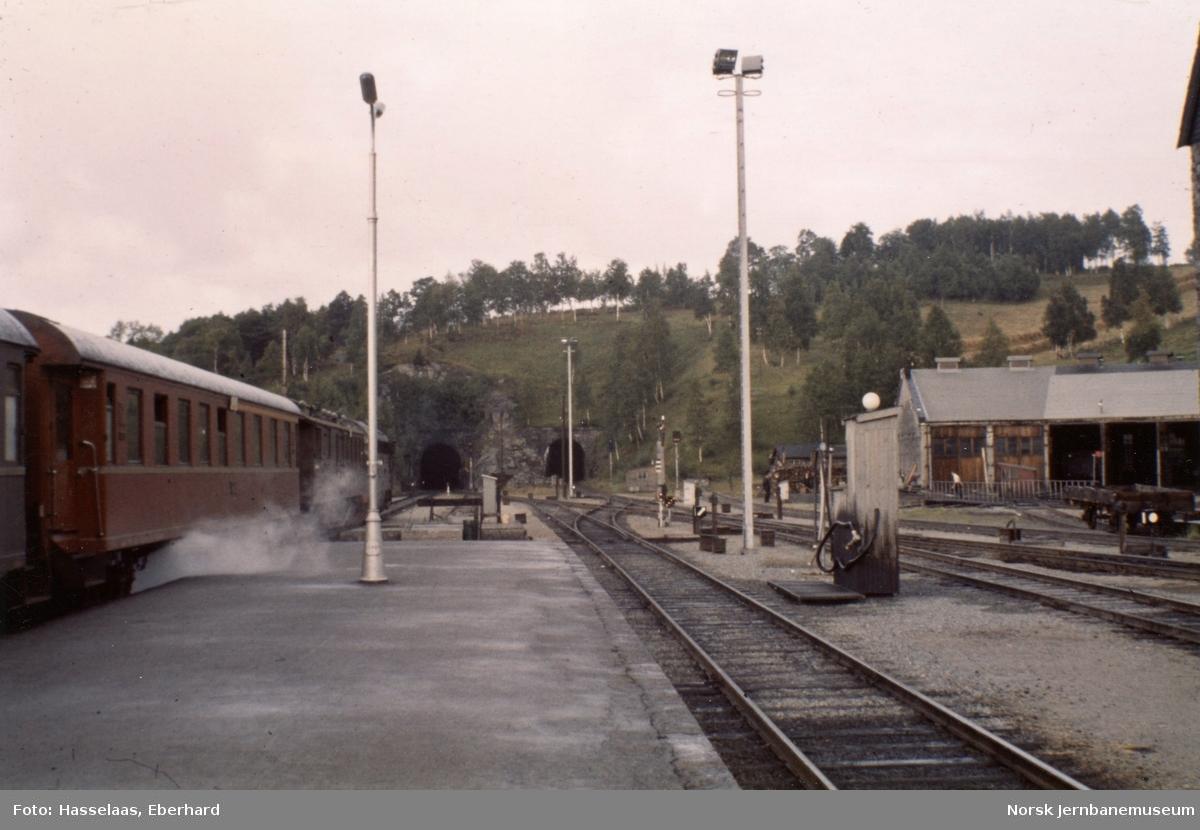 Persontog fra Oslo Østbanestasjon til Åndalsnes, tog 351, kjører ut fra Dombås stasjon.
