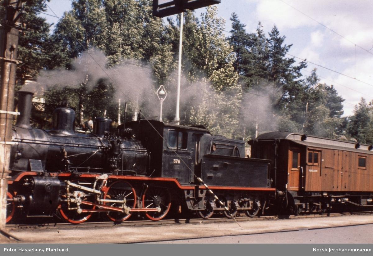 Damplokomotiv type 21c nr. 376 ankommer Nelaug stasjon med persontog fra Arendal.