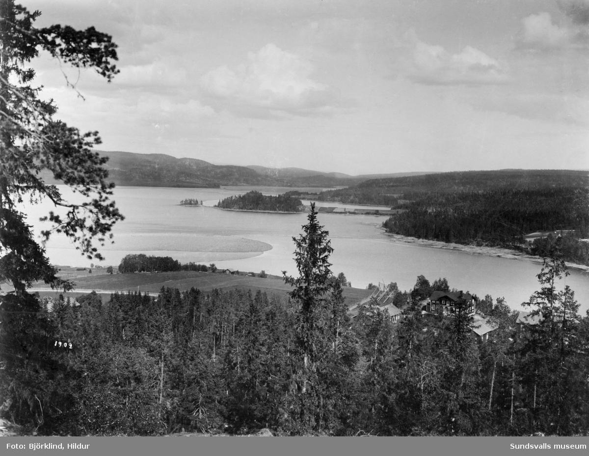Vy över sjön Marmen med Ljungans utlopp i bakgrunden. I bildens nederkant Sörfors med gården Kullen till höger. Landtungorna som sticker ut i sjön är närmast Kampåkern och längre bort Ladsvedjan.
