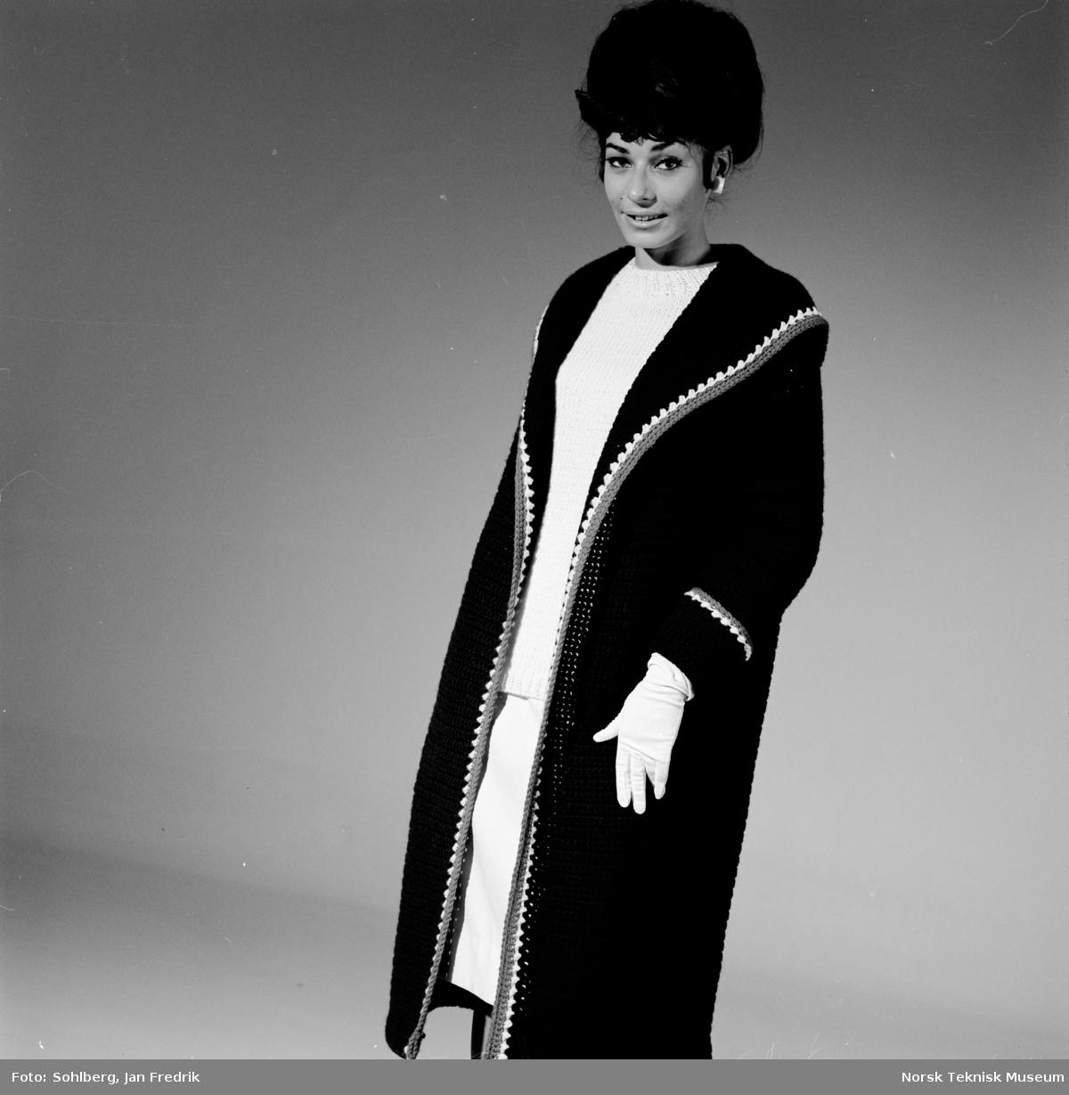 b8883687 Tidlig norsk motefotografi. Kvinne viser 1960-tallets mote for damer ...