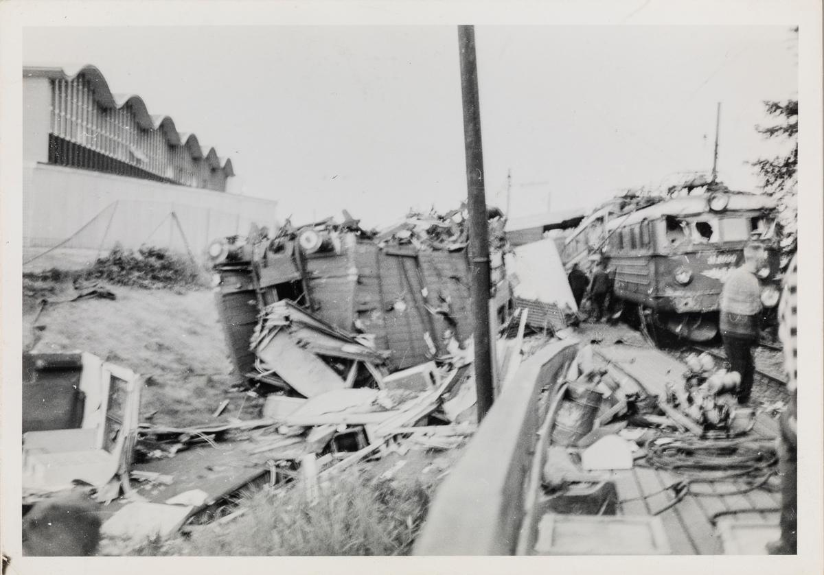 Ødelagt jernbanemateriell etter togkollisjonen ved Nydalen holdeplass, der tog 609 til Bergensbanen og tog 204 fra Gjøvikbanen støtte sammen
