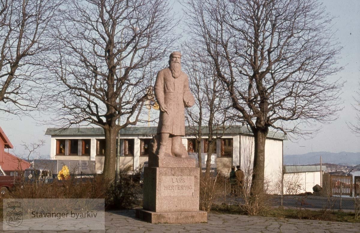 Skulptur av Lars Hertervig .Skulptur av Stinius Fredriksen