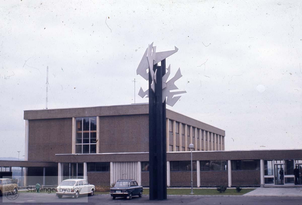 """""""Hønå"""", ved lærerskolen .Skulptur av Agnes Houg.Ved UiS på Ullandhaug"""