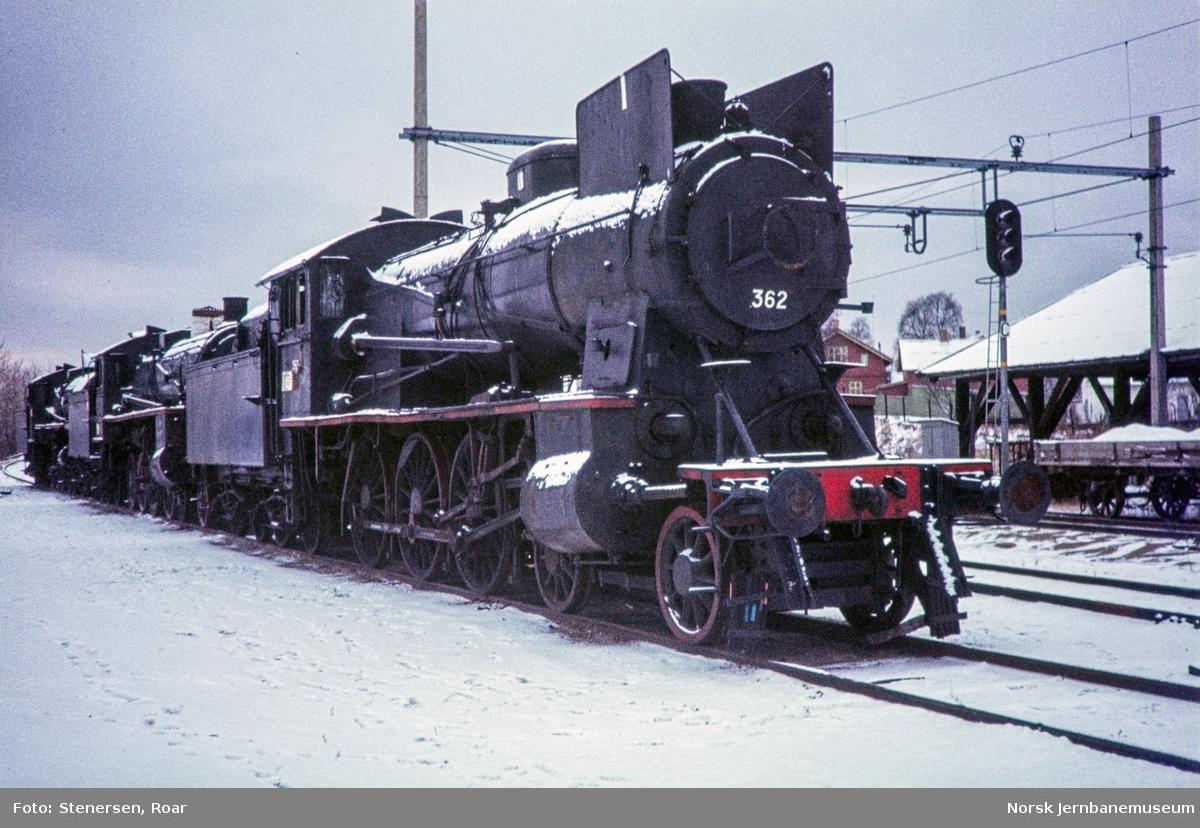 Utrangerte damplokomotiver på Hamar, fra venstre 26a nr. 216, 26c nr. 412 og 30b nr. 362.