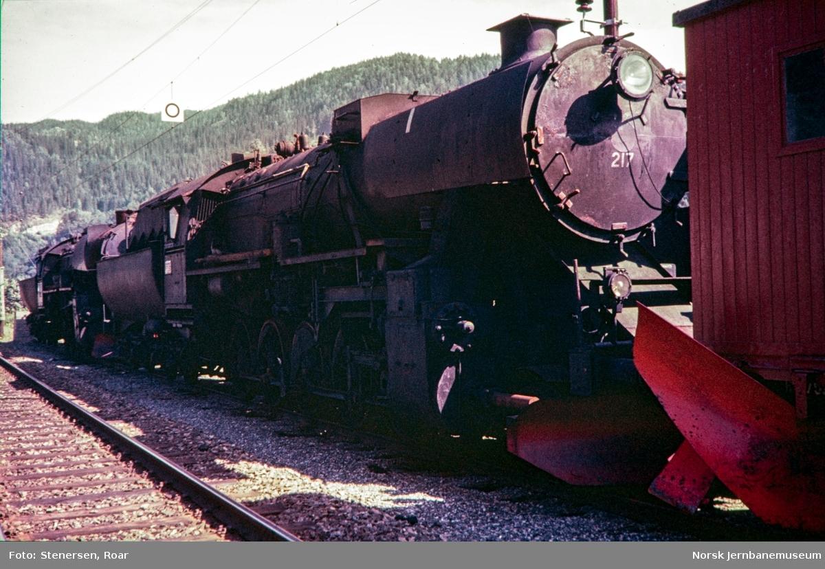 Hensatte damplokomotiver type 63a på Støren stasjon, nærmest nr. 217.