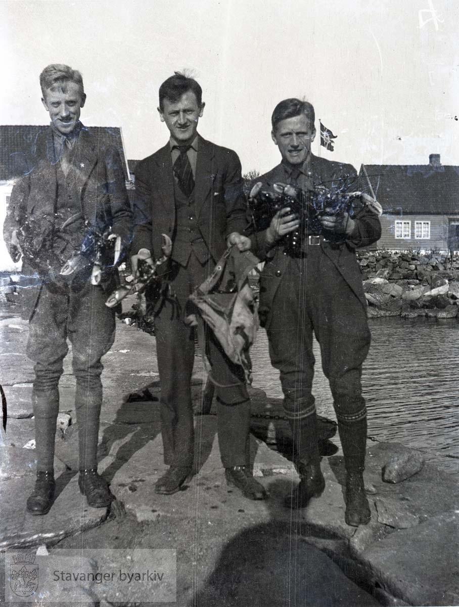 Tre menn med hummer.Tananger?.Oscar Iversen til venstre (?)