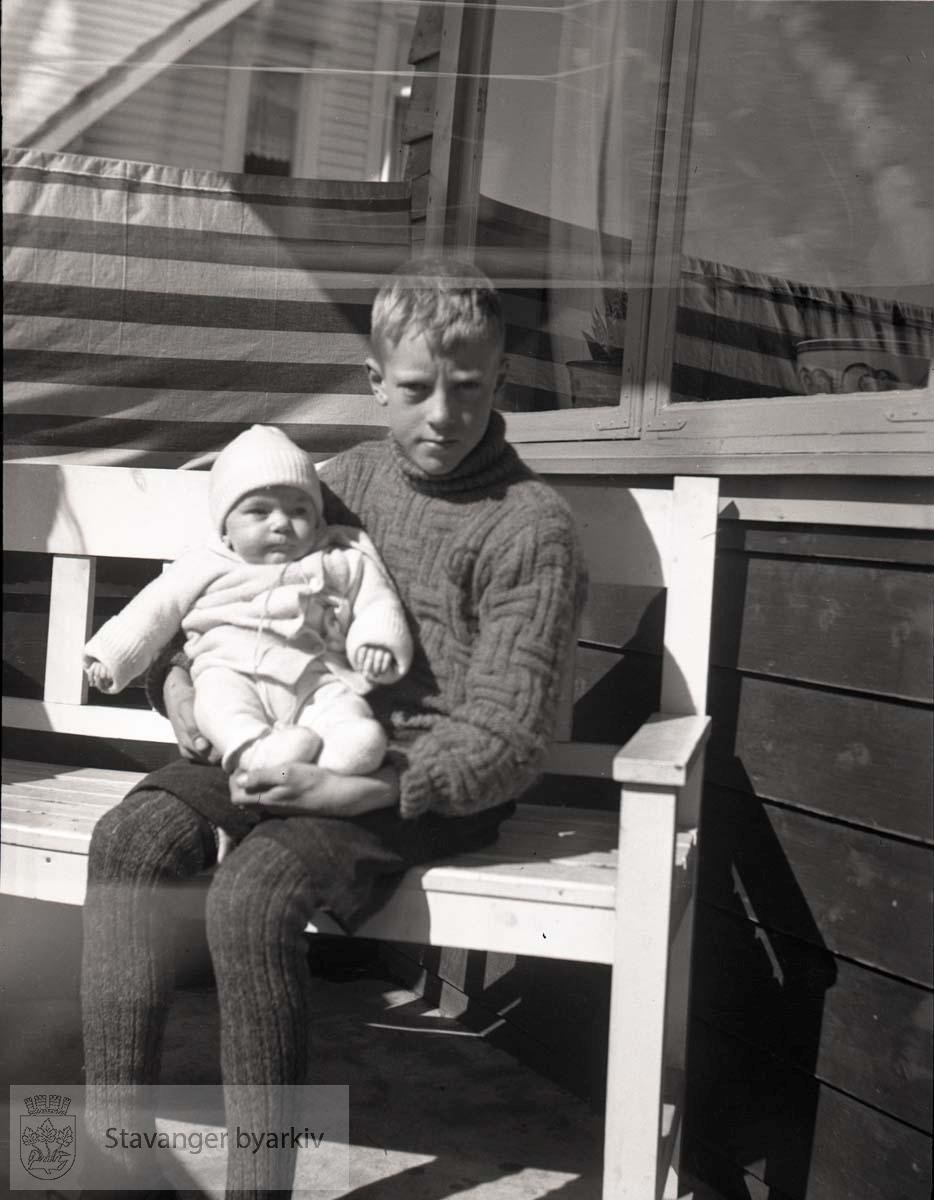 Baby og storebror Per (?).