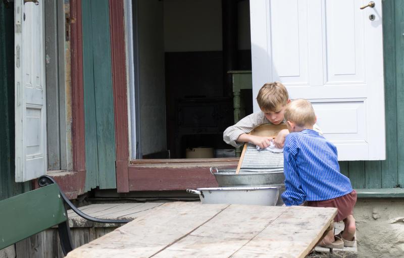 To gutter som vasker tøy på Enerhaugen