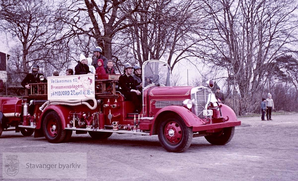 Den gamle brannbilen inviterer til brannmannsdag.