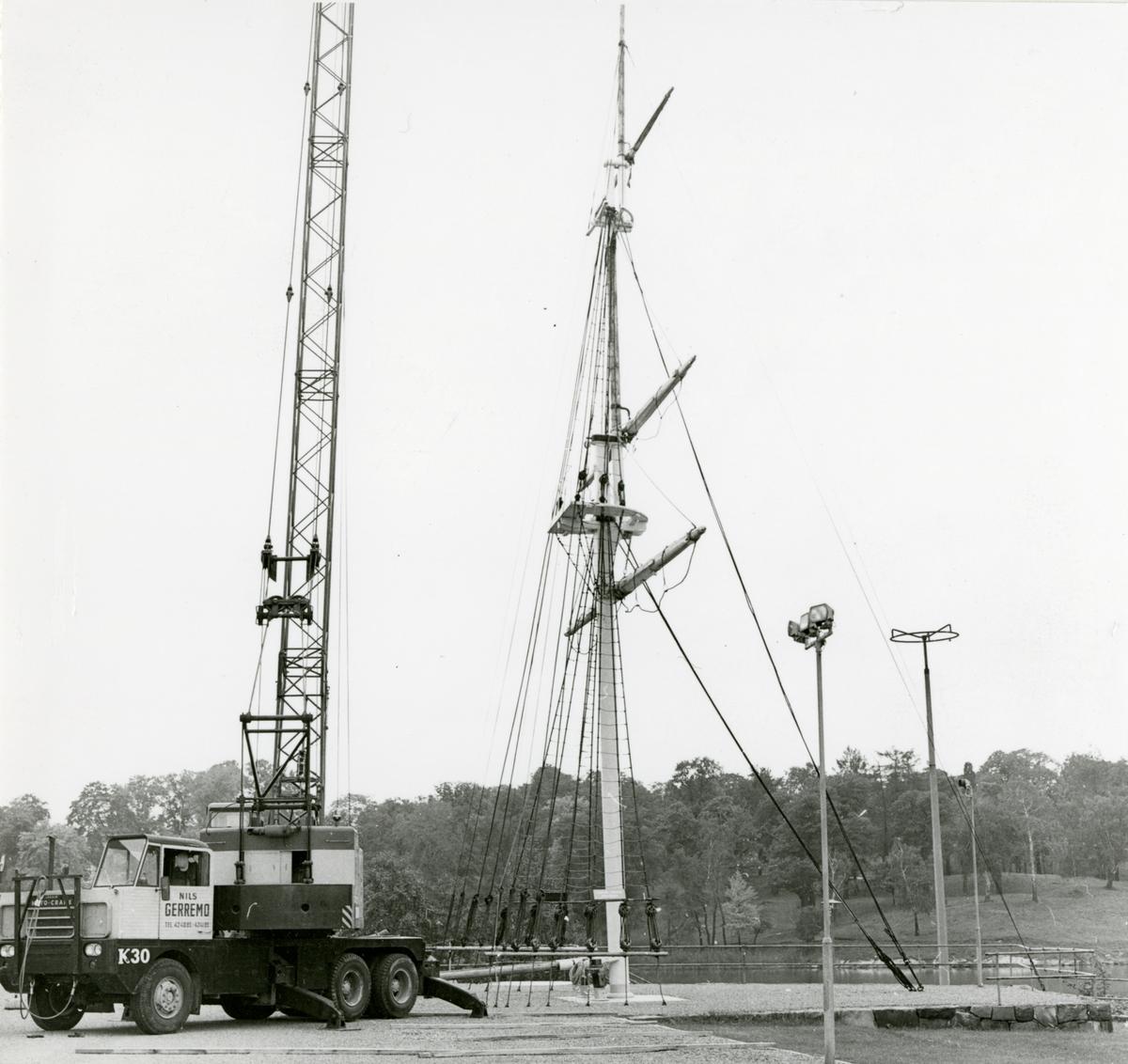 Nedmontering för skrotning av Gladans mast vid Sjöhistoriska museet.