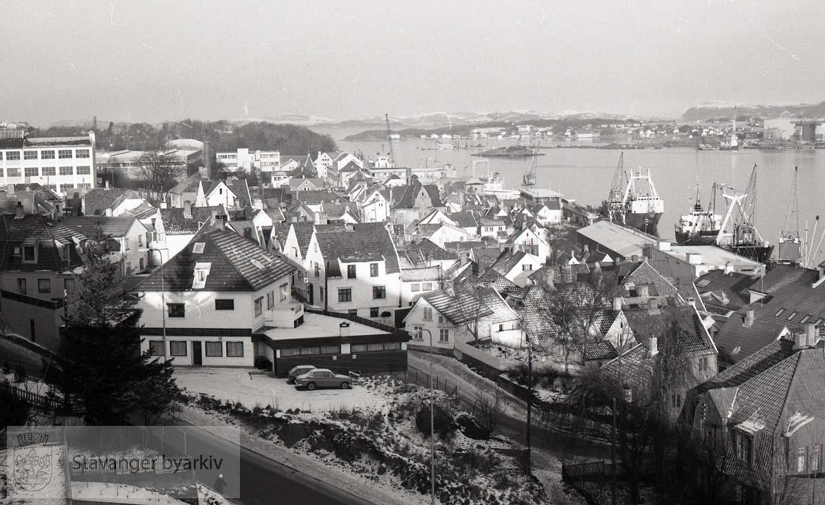 Tatt fra det nye administrasjonsbygget mot gamle Stavanger og Sandvigå
