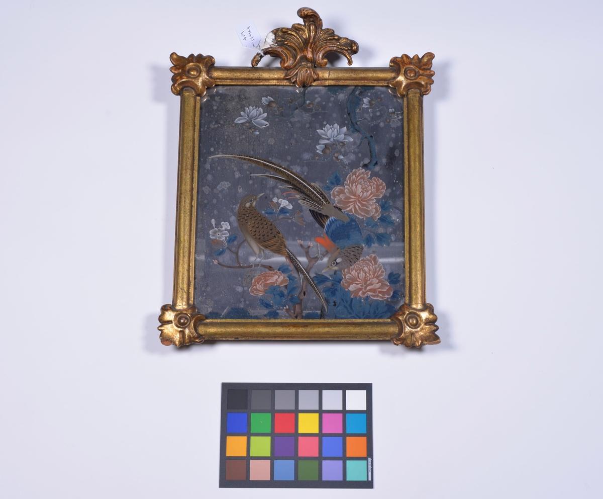 Handskuren ram med sliten förgyllning. Glaset dekorerat med målning i färger: motiv fågel och blommor.  Av säljaren inköpt i en bongård i trakten av Alingsås.