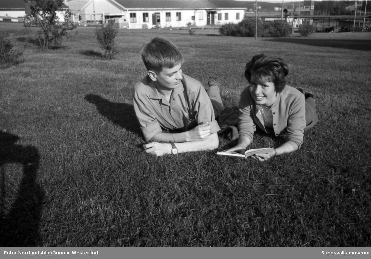Anders Fagerlund och Anna-Lena Wengberg är två av de ungdomar i klass 8d, Kyrkmons skola, som ska ge sig iväg på en klassresa till bland annat Leningrad. Här ses dom plugga ryska glosor och packa resväskan. Resan startar med chartrat flyg från Skeppsholmen till Vasa och fortsätter därifrån med tåg till Leningrad.