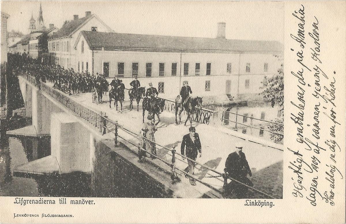 Vykort från  Linköping  parti av Stångån. Kinda kanal, Stångån,  hamnen, Stångebro , Storgatan , livgrenadjärer, militärer,  Poststämplat 20 april 1907 Linköpings Slöjdmagasin