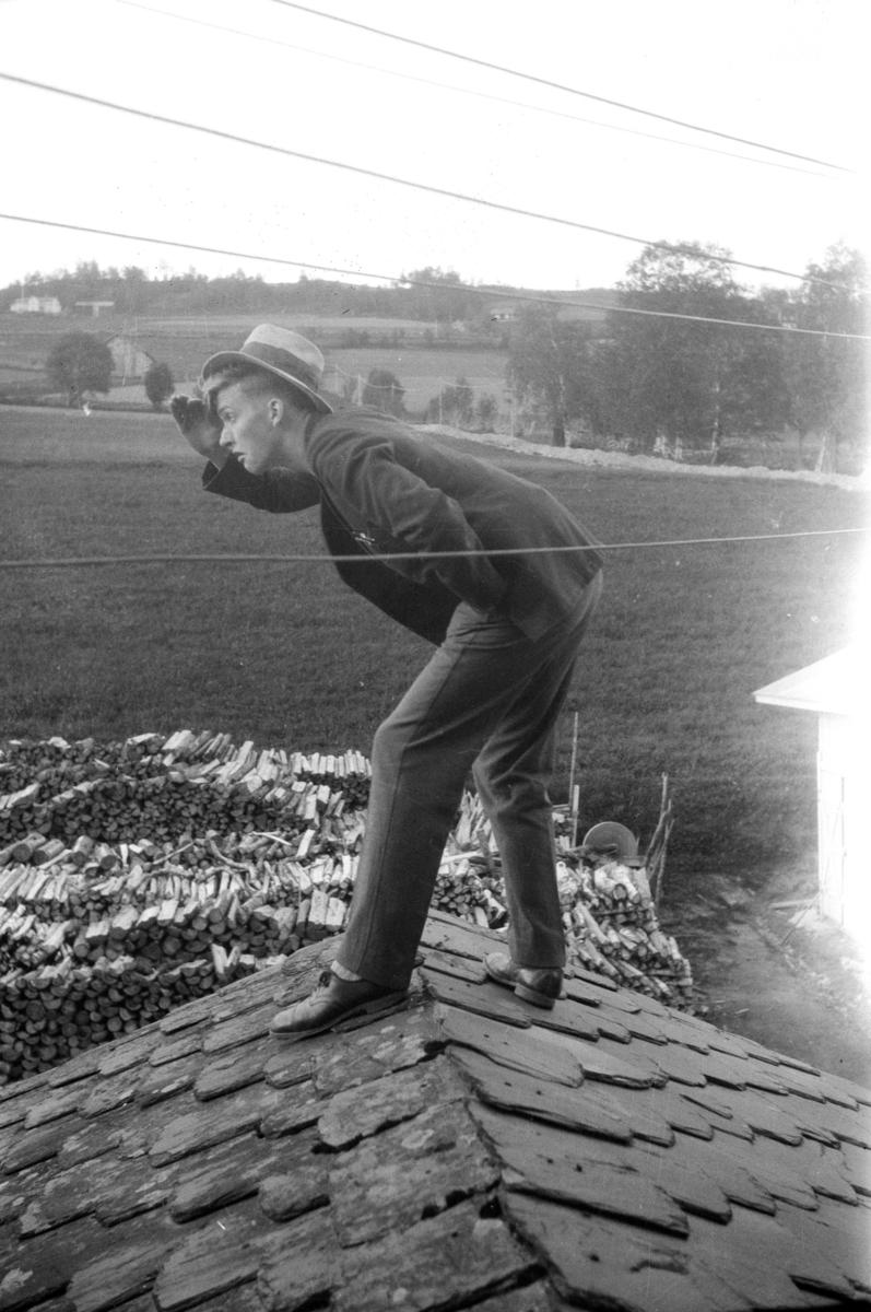 Speidende mann på et hustak