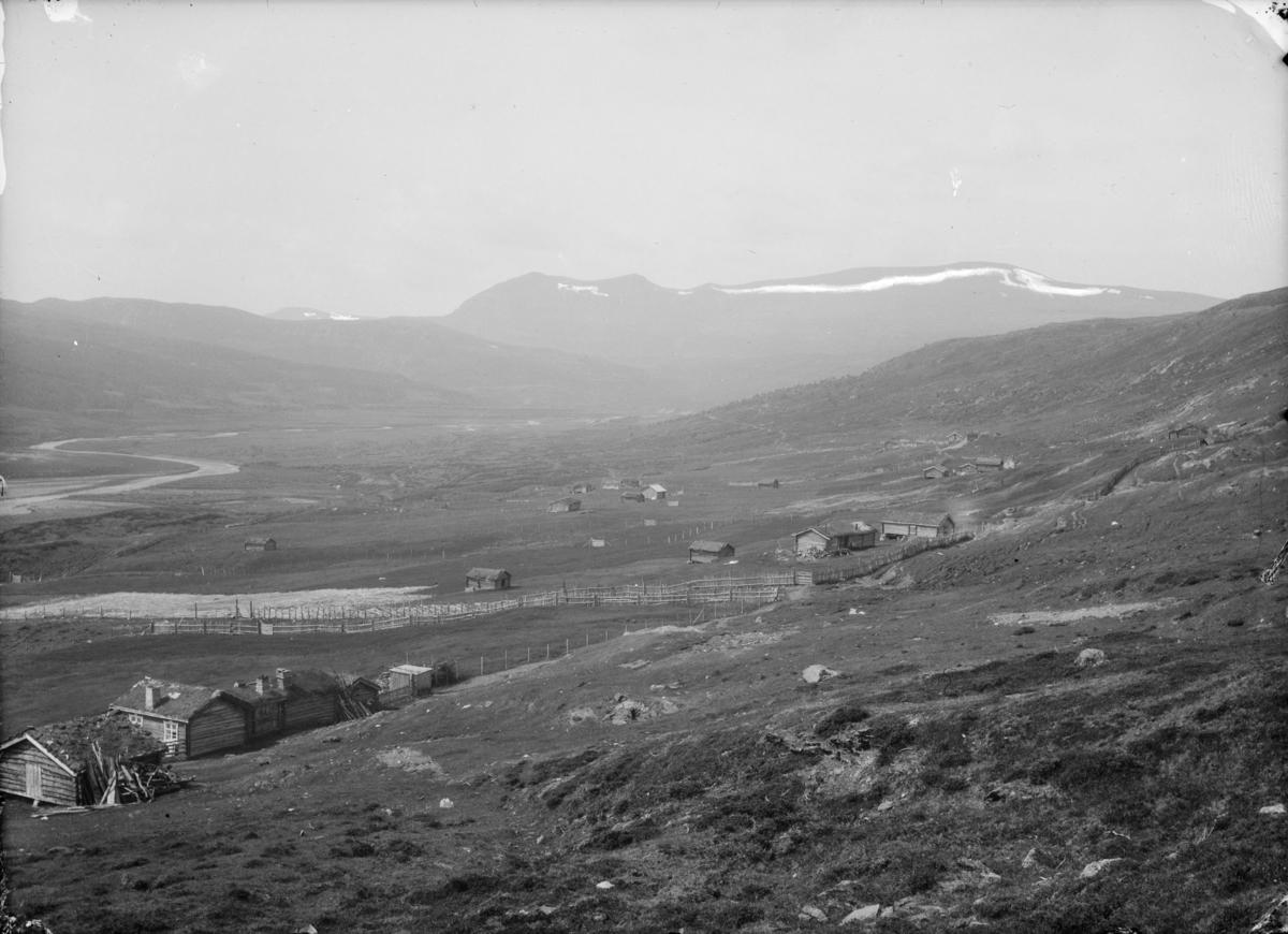 Grimsdalen, Tverrlisætrene med fra venstre Bjønngrenet sætra til Søre Vorkinn og Holet sætra til Uppå-Lindsø