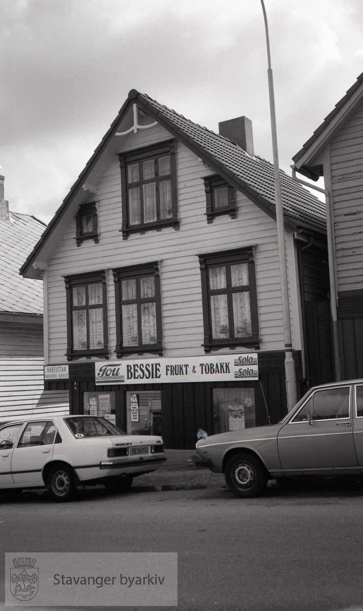 Bessie Frukt og Tobakk