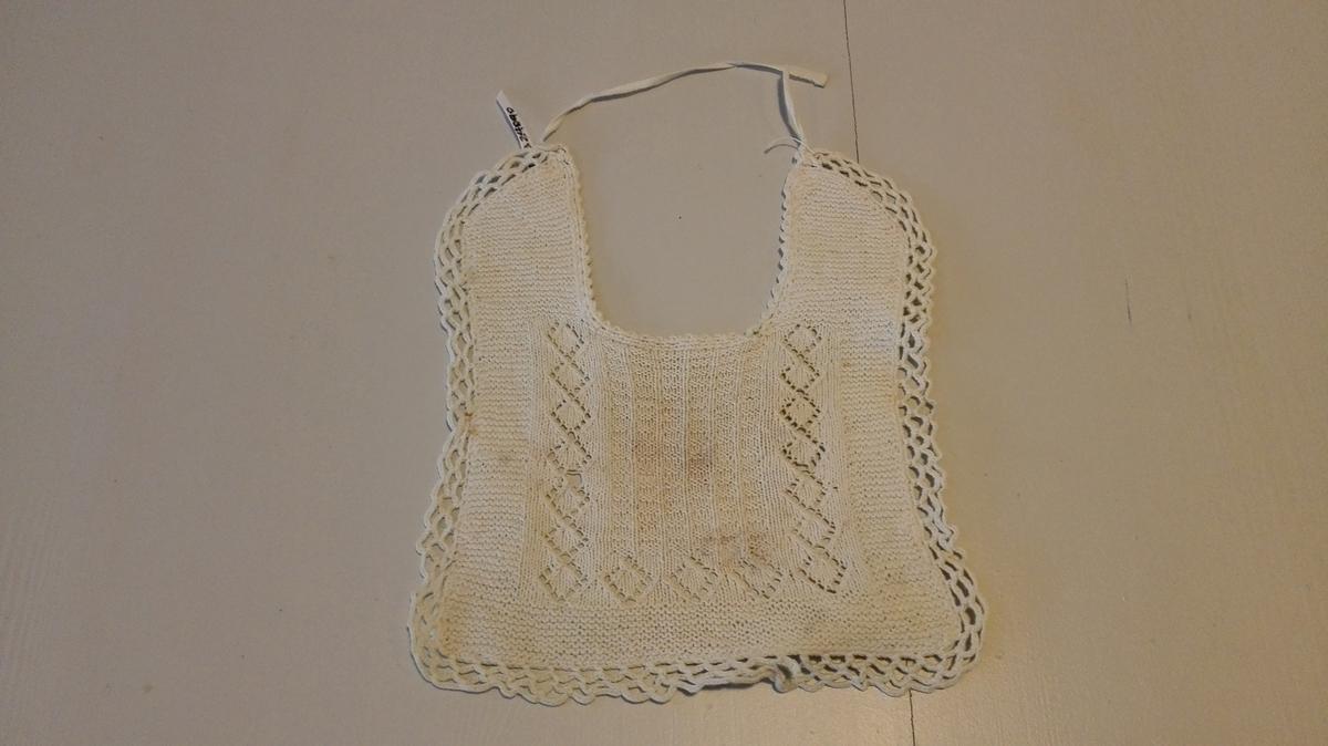 Form: Rektangulær med opning for hals i bakkant.  Hekla kant rundt.