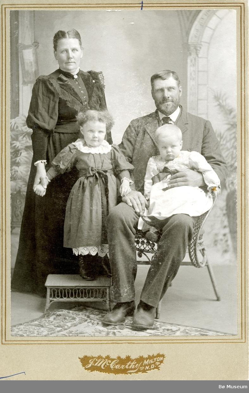 Familiebilete av Sven Gundersen og familien i USA