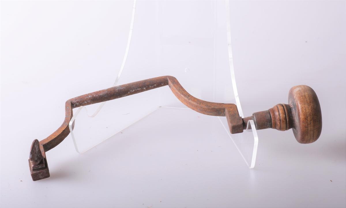 Borvinne av jern med håndtak av tre. Vanlig form, litt defekt, gammel modell.
