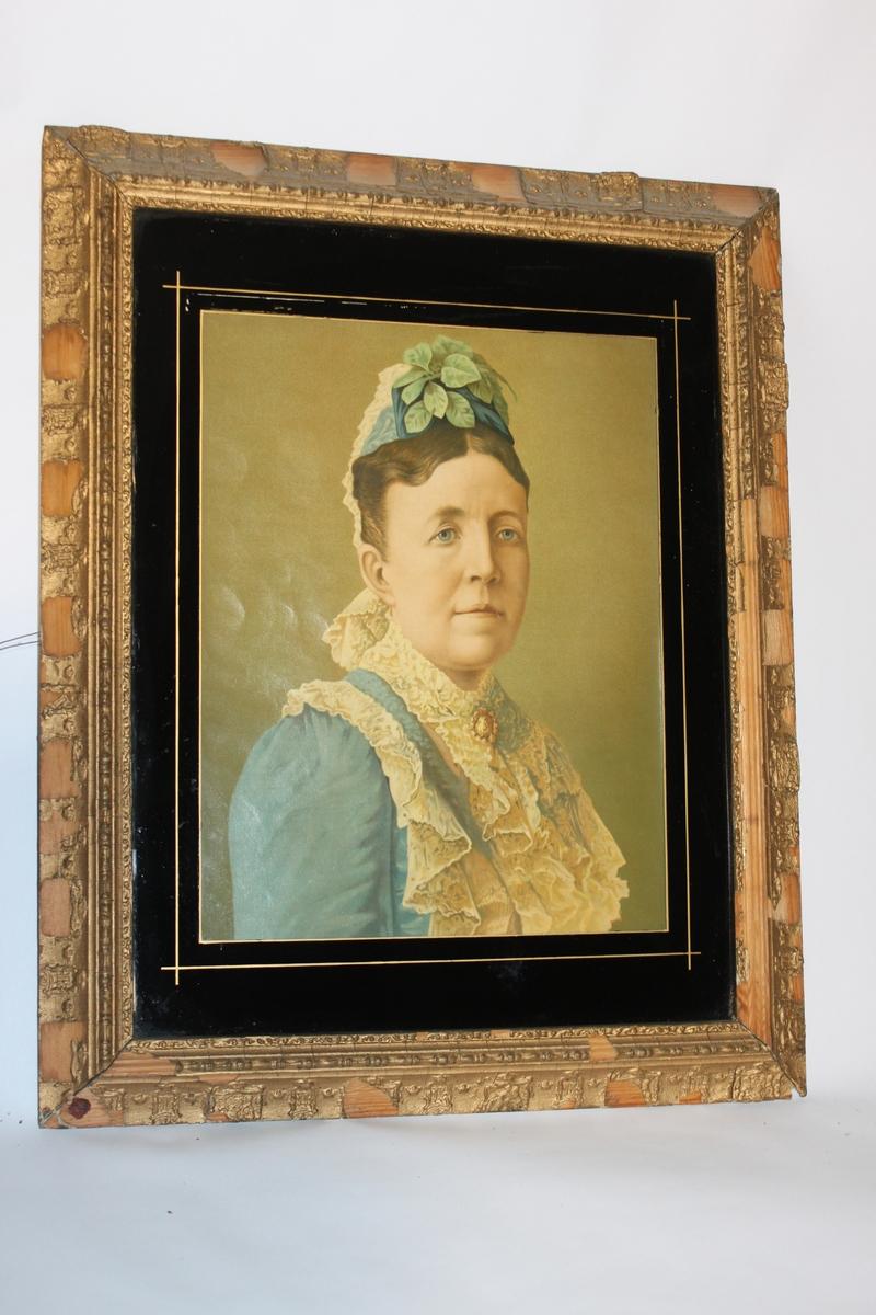 Oljetryck, litografiskt tryck med fernissad yta. Inom glas och med förgylld ram och svart passepartout. Föreställande drottning Sofia, (av Nassau) 1836-1913, gemål till kung Oscar II. Den förgyllda ramen har Sveriges vapen inpräglat med jämna mellanrum runt hela ramen.