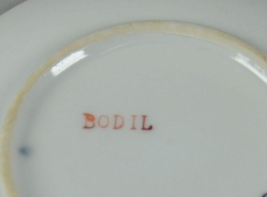 Skål av glassert keramikk. Hvit farge, med farget motiv av harer og mus i rød bil.