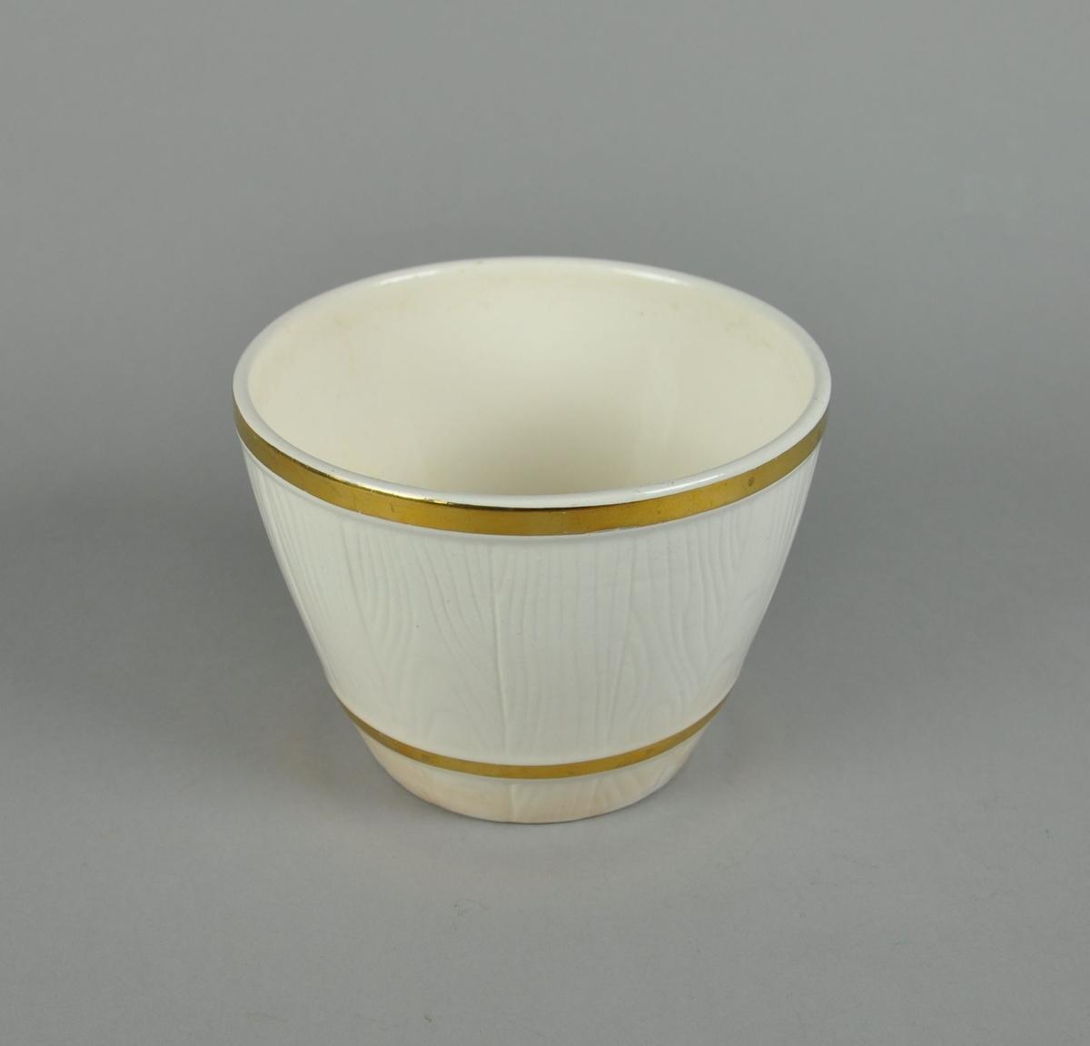 Blomsterurne av hvit keramikk. Urnen har to gullmalte linjer.